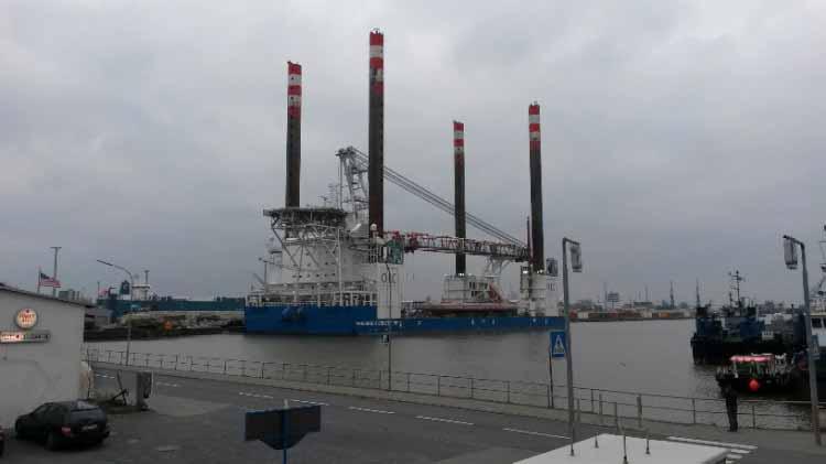 bateau d'installation éolienne offshore